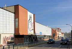 Kaufhaus, Baustil der 1960er Jahre; Strasse in der Hansestadt Demmin.