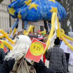 Demonstration für das Bleiberecht der Lampedusa-Flüchtlinge in Hamburg. Schild Aufenthalt § 23; EU - weite Arbeitserlaubnis.