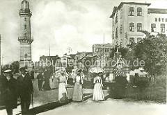 Bilder vom historischen Warnemünde - Touristen an der Uferpromenade, ca. 1910; im Hintergrund der 1898 gebaute Leuchtturm.