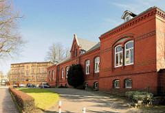 Historische Backsteinarchitektur in Itzehoe - Hauptzollamt; im Hintergrund die ehem. Gudewill-Kaserne.