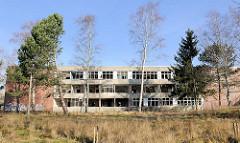 Leerstehendes Gebäude, Baustil der 1970er Jahre - ehem. medizinisches Zentrum Nord in Rostock Lichtenhagen.