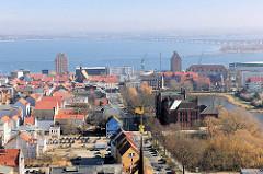 Blick auf den Strelasund -  Speichergebäude am Hafen der Hansestadt Stralsund; im Hintergrund die Rügenbrücke.