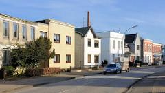 Wohnhäuser in der Köllner Chaussee, Elmshorn - unterschiedliche Architekturstile, schlichte Hausfassaden.