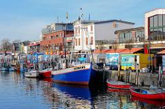 Fischkutter / Motoboote, Jollen im Hafen von Warnemünde, Alter Strom - Flaniermeile der Touristen.