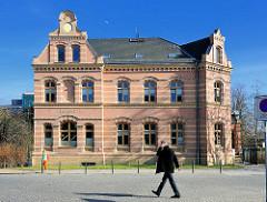 Ehemaliges Postamt Bad Doberan - Backsteinfassade; Baudenkmal der Gründerzeitarchitektur / Historismus.