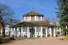 Weisser Pavillon in Bad Doberan - achteckiger Musikpavillon mit Säulenumgang, erbaut 1813.