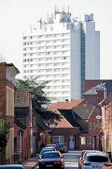 Wohnstrasse / Wohnhäuser in Itzehoe - weisses Hochhaus.