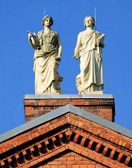 Historische Stuckfiguren auf dem Giebel vom Kaiser Karl Gymnasium in Itzehoe.