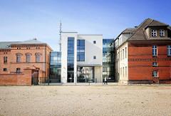 Amtsgericht der Hansestadt Demmin - lks. Backsteingebäude vom ehem. Gefängnis, erbaut 1851 - re. das historische Ziegelgebäude / Gerichtsgebäude - in der Mitte der 2012 fertiggestellte Neubau / Architektur Alt + Neu.
