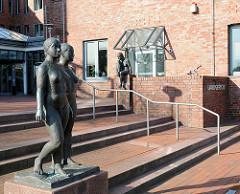 """Eingang Landgericht Itzehoe - Bronzeskulpturen, nackte Frauen - """"Drei Figuren in Beziehung"""", 1989 - Bildhauer Edgar Augustin."""