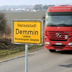 Ortschild - Ortseingang, Hansestadt Demmin, Landkreis Mecklenburgische Seenplatte, Führerhaus Lastwagen.