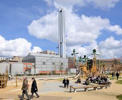 Kinderspielplatz Grasbrookpark in der Hamburger Hafencity; im Hintergrund das Kraftwerk Hafencity.