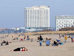 Strand vom Seebad Warnemünde an der Ostsee - Hotelhochhaus Neptun.