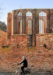 Ziegelmauer mit Radfahrer - Backstein Ruine, Kirchenbau - Fotos aus der Hansestadt Stralsund.