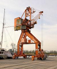 Alter Hafenkran am Kai im Itzehoer Hafen.