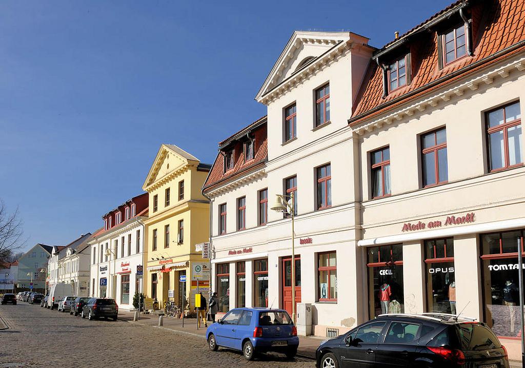 """Stadt und Land Fotos: Foto """"Häuserzeile - Geschäftshäuser"""