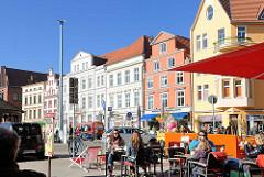 """Historische Gebäude am Neuen Markt in der Hansestadt Stralsund - Kerngebiet des von der UNESCO als Weltkulturerbe anerkannten Stadtgebietes des Kulturgutes """"Historische Altstädte Stralsund und Wismar""""."""