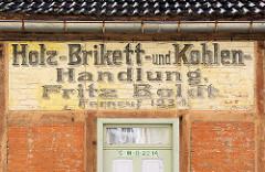 Alte Fassadenbeschriftung Holz Brikett Kohlen Handlung / Hansestadt Stralsund.