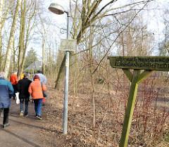 Geschnitztes Holzschild Krückau Wanderweg Elmshorn Barmstedt, Wanderer.