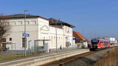 Bahnhof Bad Doberan - stehender REGIO-Zug / Klassizistische Architektur.