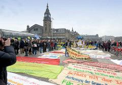 Vorbereitung der Demonstration für das Bleiberecht der Lampedusa-Flüchtlinge in Hamburg auf dem Hachmannplatz beim Hauptbahnhof.