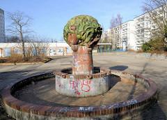 Stillgelegter Keramikbrunnen - Wohnhäuser in Rostock Lichtenhagen.