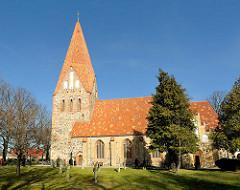Dorfkirche Lichtenhagen, Landkreis Rostock; die zum Großteil aus  unbehauenen Findlingen errichtete Kirche stammt aus der Zeit des Übergangs von der Romanik zur Gotik.