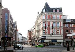 Kopfgebäude - Historismus an der Königsstrasse von Elmshorn - Fussgängerzone; im Vordergrund die Berliner Strasse.