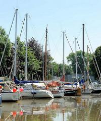 Sportboothafen an der Krückau in Elmshorn - Segelboote liegen am Steg.