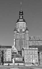 Bushaltestelle am Frankenwall, Hansestadt Stralsund - Kirchturm der St. Marienkirche.