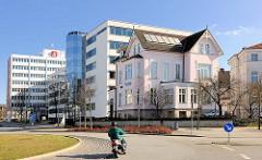 Historische Vorstadtvilla - moderne Hochhäuser, Bürogebäude an der Rosa Luxemburg Strasse in Rostock.