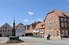 Schlossplatz mit Gerhard-Brunnen in Rendsburg - historische Wohnhäuser.