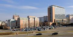 Wohnhäuser und Verwaltungshochhaus in Rostock, Parkplatz am Kanonsberg.