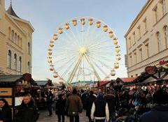Weihnachtsmarkt in der Mecklenburgstrasse in Schwerin; Riesenrad am Pfaffensee.