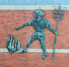 Metallskulptur Hl. Florian / Sankt Florian an der Fassade der Feuerwache Rendsburg - Schutzpatron  der Feuerwehr / gegen Feuer.