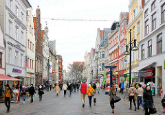 Shopping in Rostock - Fussgängerzone mit Geschäften; restaurierte historische Gebäude; Kröpeliner Strasse.