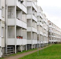 Renovierte Wohnhäuser / mehrstöckige Wohnblocks in der Weststadt / Schwerin; angebaute Balkons.