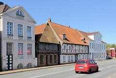 Historische Architektur in Rendsburg - restaurierte und verfallene Hausfassaden an der Eisenbahnstrasse.