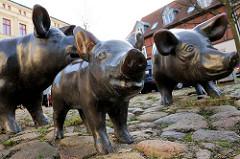 Schweine mit Ferkel am Schweinemarkt in Schwerin - Bronzeplastik - Bildhauer Hans Werner Könecke.