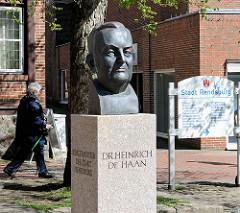 Bronzebüste Dr. Heinrich de Haan - Bürgermeister der Stadt Rendsburg vor dem Rathaus am Altstädter Markt.