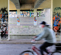 Brücke der Bundestrasse 202 über die Eider in Rendsburg - Grafitti, Fahrradfahrer in Fahrt.
