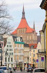 Blick in die Kröpeliner Strasse von Rostock - mehrstöckige Wohnhäuser / Marienkirche.