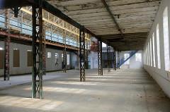 Innenansicht einer leerstehenden Fertigungshalle der Neptunwerft in Rostock.