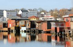 Bootshäuser an einem Seitenarm der Warnow in Rostock.