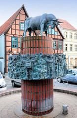 Brunnen mit bronzener Stierskulptur, Schwerin Schlachterstrasse; Herr Pastor sien Kauh, Stepahn Horota, 1979.