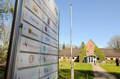 Eidercampus in Rendsburg - Schild mit kulturellen Einrichtungen, die dort ihren Sitz haben.