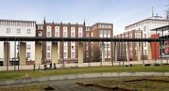 Grünanlage Jacobi Kirchplatz, Hansestadt Rostock - im Hintergrund Backsteingebäude an der Langen Strasse.