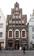 Gotische Backsteinarchitektur in Rostock - Ratschow-Haus; Treppengiebel mit Zinnen, glasierte Steine - Rostocker Stadtbibliothek.