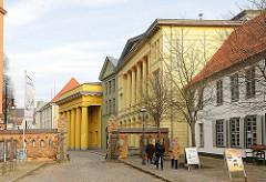 Blick vom Klosterhof zum Uninversitätsplatz in Rostock - Appellationsgericht / Zoologisches Institut und Neue Wache.