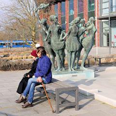 Brunnen - Sieben stolze, wunderschöne Schwestern küsst das eine Meer - Bronzeskulpturen am Kröpliner Tor, Künstler Reinhard Dietrich, 1970.